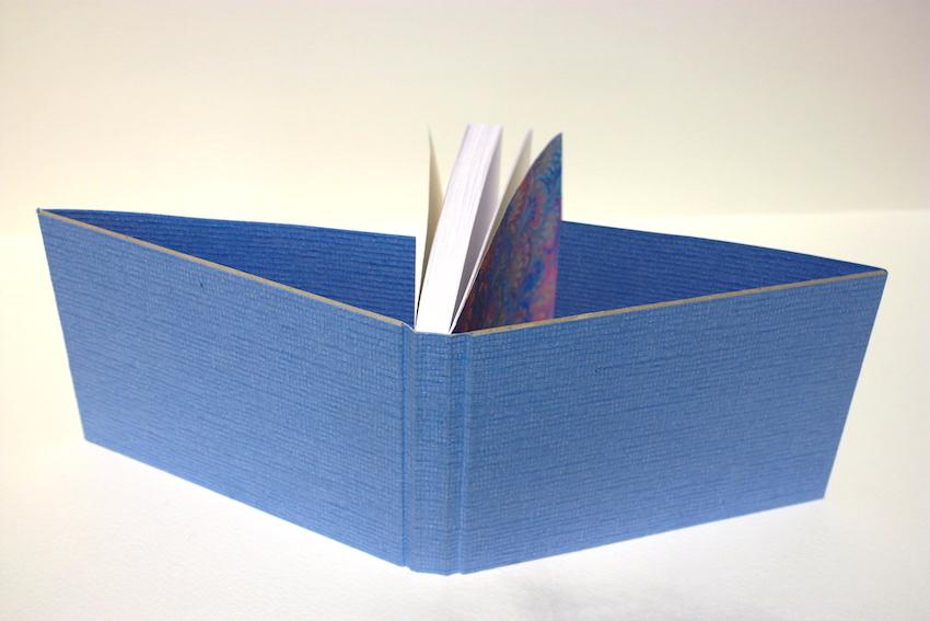 notitieboek gekartonneerd marmerpapier boekbinder boekbinden handgemaakt linnen bekleding rug genaaid
