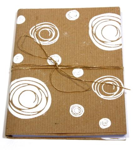 Boekje gevouwen omslag kraft strik stempel