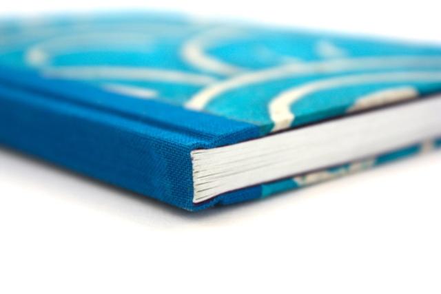 Boek gekartonneerd geheel ingeslagen linnen rug voorlijst papier batikpapier lokta wax