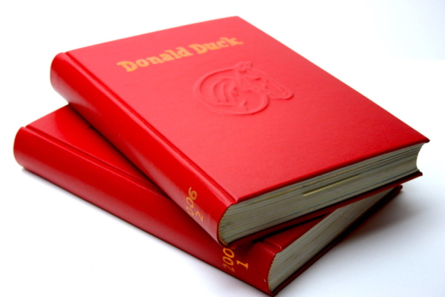 Ingebonden jaargang Donald Duck, buckram, rood, preeg, familielogo, boek, boekbinden, handgemaakt