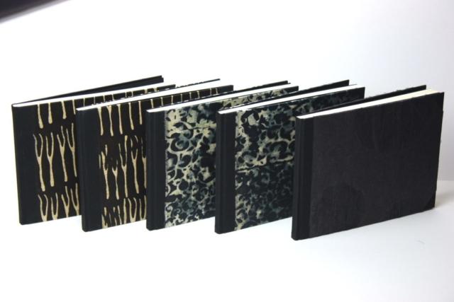 Notitieboekjes gekartonneerd geheel ingeslagen linnen rug hoekjes zwart lokta papier batikpapier hand gemaakt
