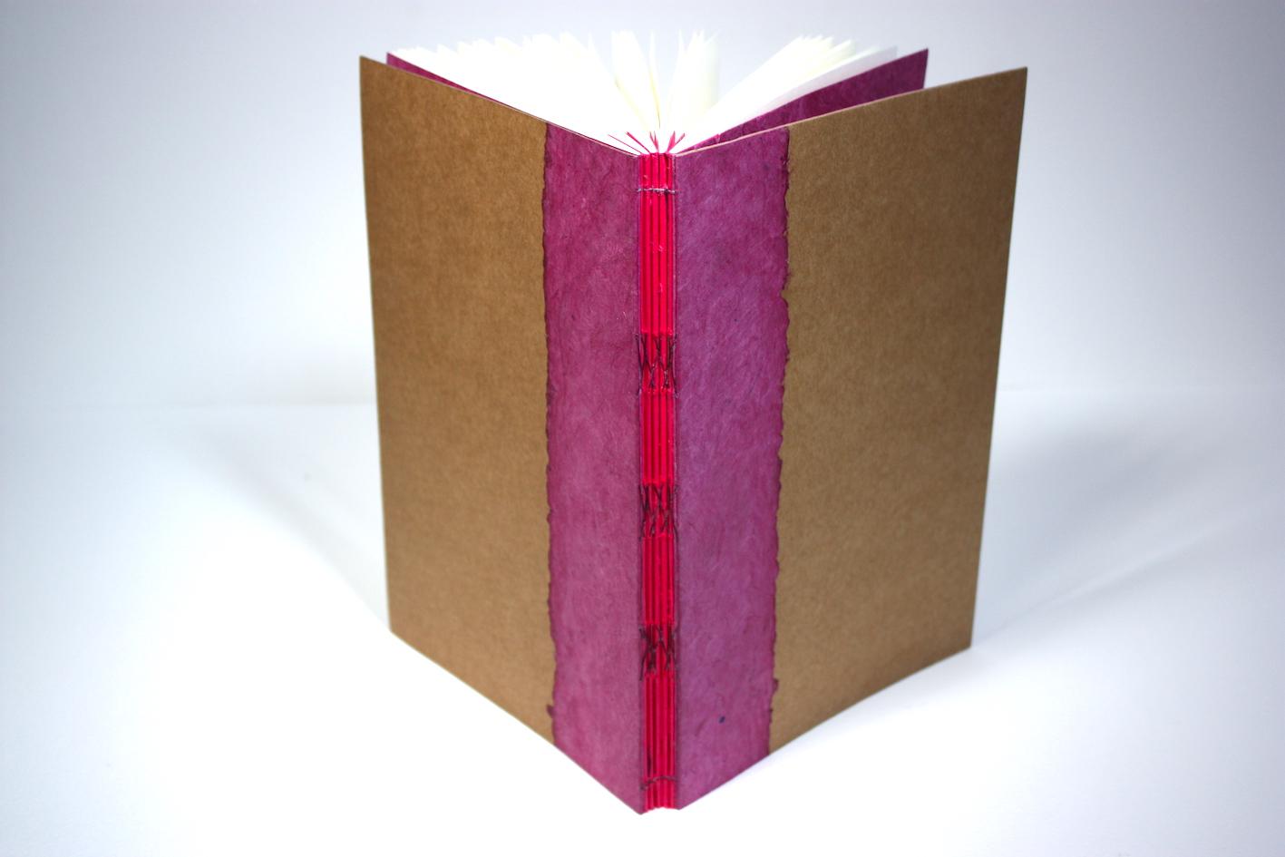 notitieboek met rugnaaisel in het zicht, kruissteek, open rug, kraft, katernen